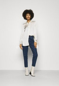 Anna Field - MOM FIT JEANS - Jeans Tapered Fit - blue denim - 1