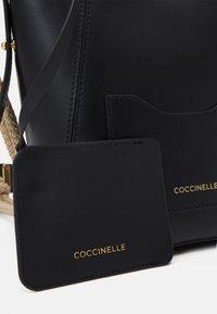 Coccinelle - EVASION - Taška spříčným popruhem - noir - 4