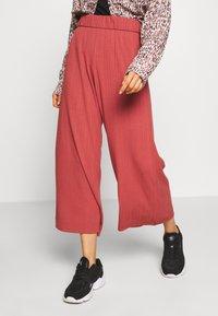 Monki - Spodnie materiałowe - rust - 0