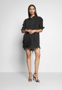 Missguided Tall - OVERSIZED DRESS STONEWASH - Denimové šaty - black - 1