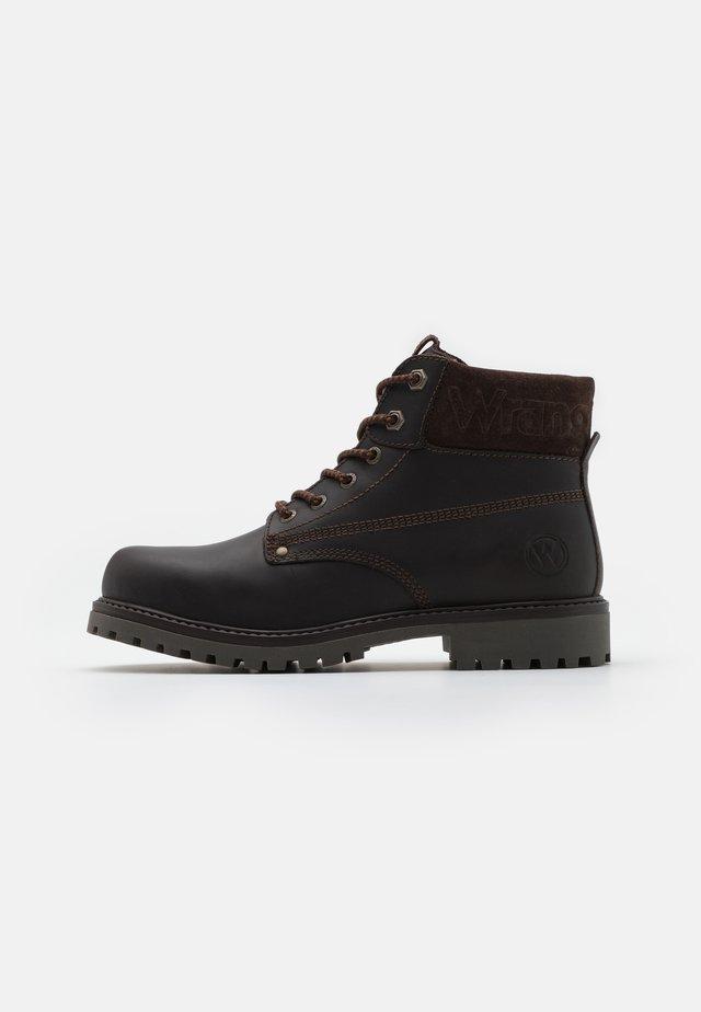 ARCH - Šněrovací kotníkové boty - dark brown