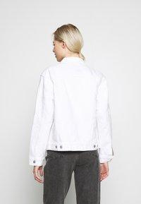 Levi's® - EX BOYFRIEND TRUCKER - Jeansjakke - white - 2