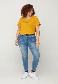 Zizzi - MIT A-LINIE - Print T-shirt - yellow - 1