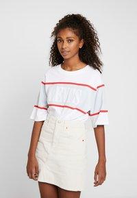 Levi's® - CAMERON TEE - Camiseta estampada - white/baby blue/tomato - 0