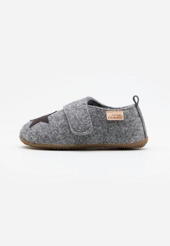 STERN - Slippers - grau