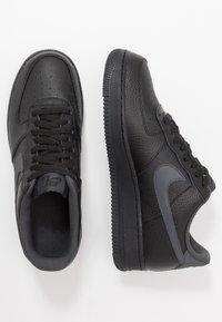 Nike Sportswear - AIR FORCE 1 07 3 - Matalavartiset tennarit - black/anthracite - 1