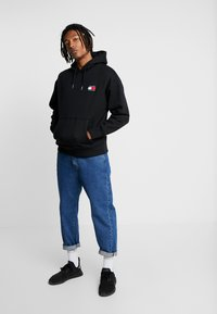 Tommy Jeans - BADGE HOODIE - Sweat à capuche - black - 1