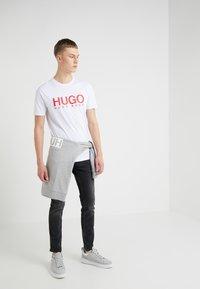 HUGO - DOLIVE - Printtipaita - white - 1