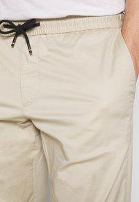 Tommy Hilfiger - ACTIVE PANT SUMMER FLEX - Trousers - beige - 3