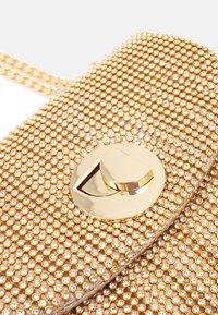 Forever New - UMA CROSSBODY BAG - Sac bandoulière - gold-coloured - 3