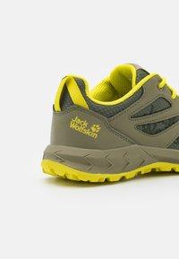 Jack Wolfskin - WOODLAND LOW UNISEX - Hiking shoes - khaki/green - 5