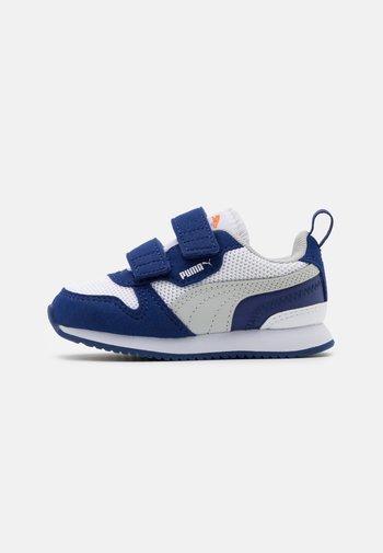 R78 - Zapatillas - white/gray violet/elektro blue