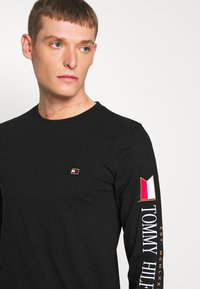 Tommy Hilfiger - MIRRORED FLAGS LONG SLEEVE  - Long sleeved top - black - 4
