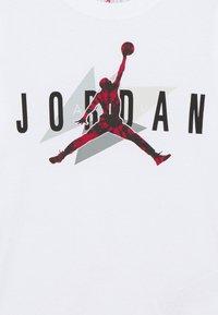 Jordan - AIR CARMINE GEO TEE UNISEX - T-shirt imprimé - white - 2