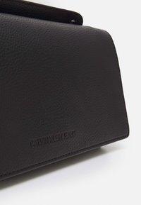 Calvin Klein Jeans - FLAP CROSSBODY - Handtas - black - 4