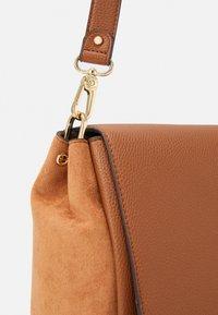 PARFOIS - CROSSBODY BAG REVIVE  - Across body bag - camel - 3