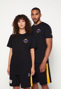 New Era - NBA LOS ANGELES LAKERS NEON TEE - Club wear - black - 0
