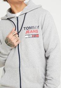 Tommy Jeans - ESSENTIAL GRAPHIC ZIP TROUGH - Hoodie met rits - light grey heather - 5