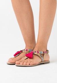 Kaporal - NAYA - Sandály s odděleným palcem - or - 0