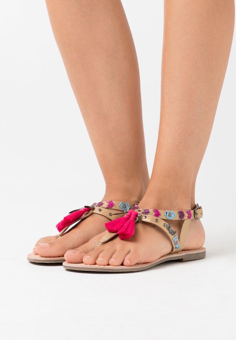 Kaporal - NAYA - Sandály s odděleným palcem - or