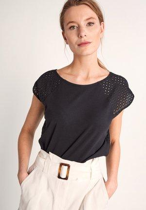 MIT LOCHSTICKEREI - Basic T-shirt - black