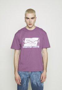 Edwin - UNEVEN LOVE UNISEX - Print T-shirt - chinese violet - 0