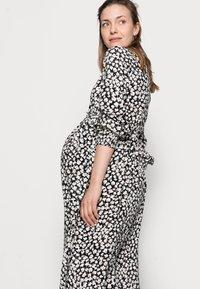 Pieces Maternity - PCMIDA MIDI DRESS - Košilové šaty - black/white/purple - 3