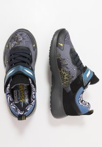 Skechers - DYNAMIGHT - Tenisky - charcoal/black/yellow - 0