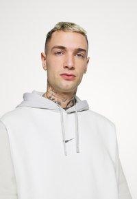 Nike Sportswear - HOODIE  - Bluza - spruce aura/light bone - 3
