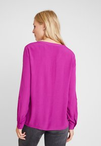 TOM TAILOR DENIM - V NECK BLOUSE WITH BUTTONS - Bluser - bright berry - 2