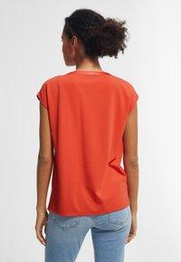 comma - KURZARM - Print T-shirt - coral - 2
