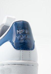 adidas Originals - SUPERSTAR - Sneakers laag - footwear white/collegiate royal/core black - 6