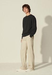 sandro - CREW UNISEX - Sweatshirt - noir - 1