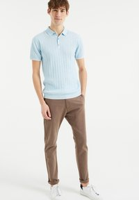 WE Fashion - MET STREEPSTRUCTUUR - Polo shirt - light blue - 1