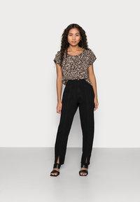 ONLY Petite - ONLNOVA LUX - T-shirt print - black - 1