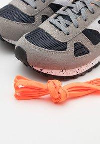 Saucony - SHADOW ORIGINAL KIDS UNISEX - Zapatillas - grey/orange - 5