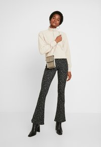 Topshop - CURLY ZIP UP FUNNEL - Stickad tröja - stone - 1