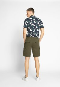 Lyle & Scott - Shorts - lichen green - 2
