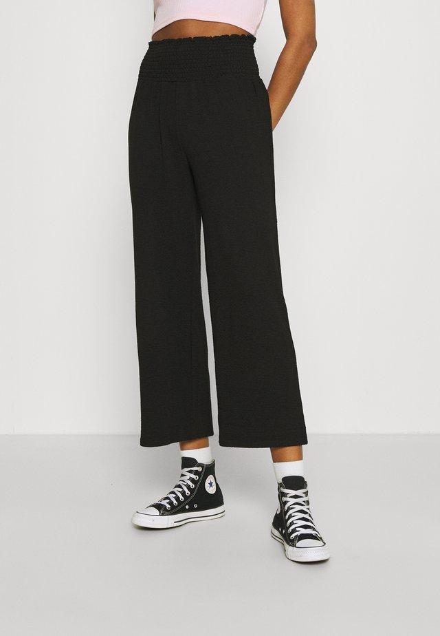 PCCURLI CROPPED PANTS - Pantaloni - black