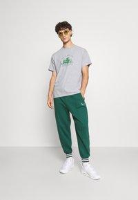Mennace - EL CASA UNISEX - T-shirt con stampa - grey - 1