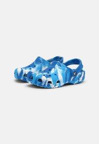 Crocs - CLASSIC MARBLED UNISEX - Zuecos - bright cobalt/white - 1