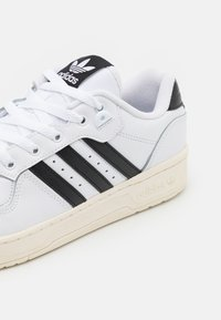 adidas Originals - RIVALRY SPORTS INSPIRED SHOES UNISEX - Baskets basses - footwear white/core black/offwhite - 5