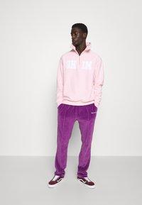 9N1M SENSE - TRACK PANTS UNISEX - Pantalon de survêtement - purple - 4