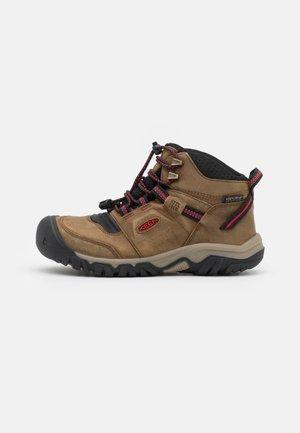 RIDGE FLEX MID WP UNISEX - Hiking shoes - bison/red carpet