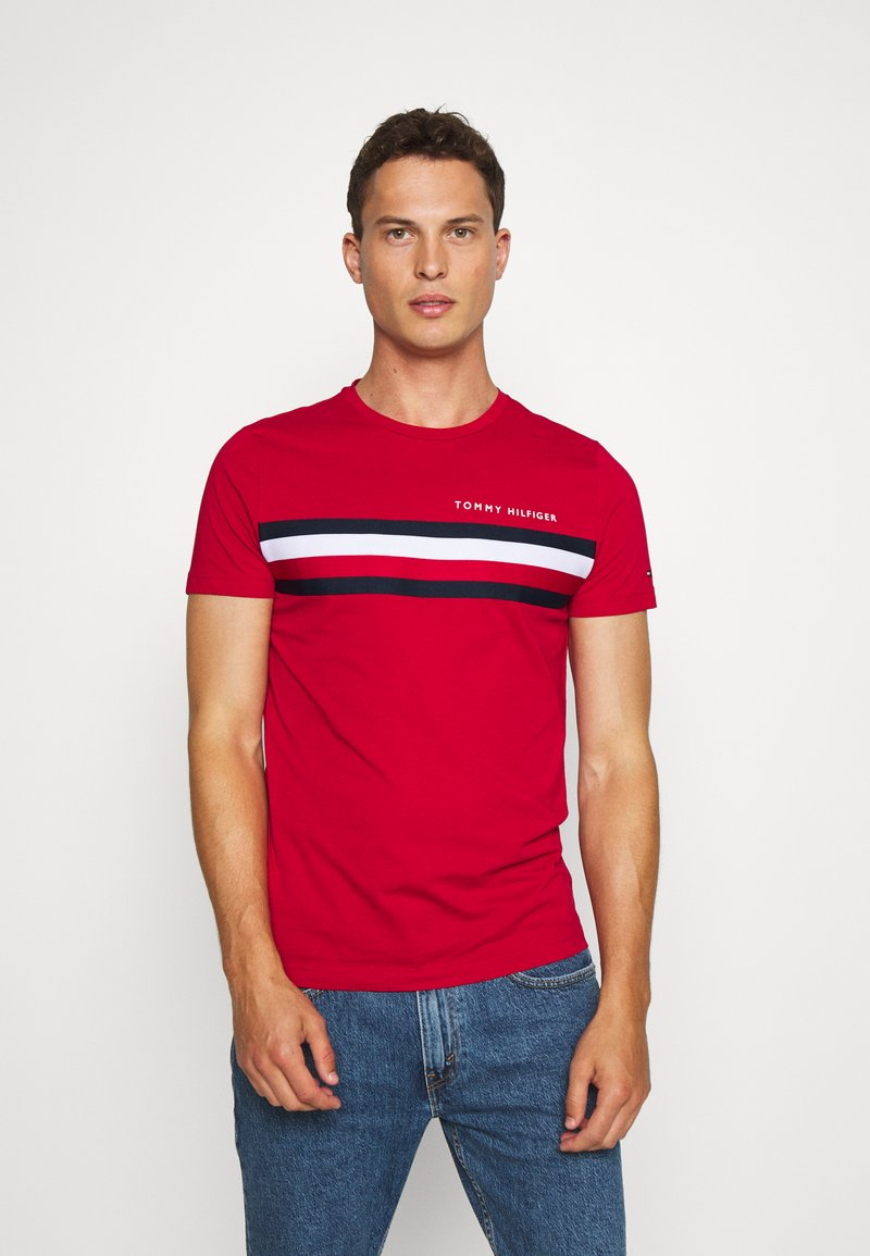 Tommy Hilfiger - GLOBAL STRIPE TEE - T-shirt z nadrukiem - red
