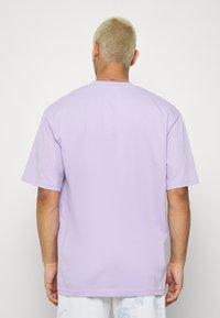 Karl Kani - SMALL SIGNATURE TEE - Basic T-shirt - lilac - 2