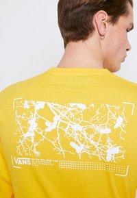 Vans - MN 66 SUPPLY LS - Print T-shirt - lemon chrome - 6