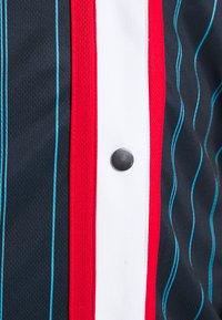 Karl Kani - VARSITY BLOCK PINSTRIPE BASEBALL SHIRT - T-shirt med print - navy - 5