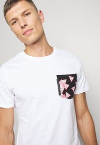 Guess - MULTITUDE TEE - T-shirt con stampa - blanc pur - 5
