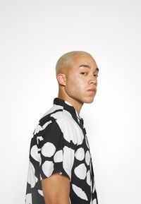 Obey Clothing - FRUIT STAND WOVEN - Shirt - black/multi - 5